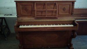 Piano droit de marque Pleyel restauré.
